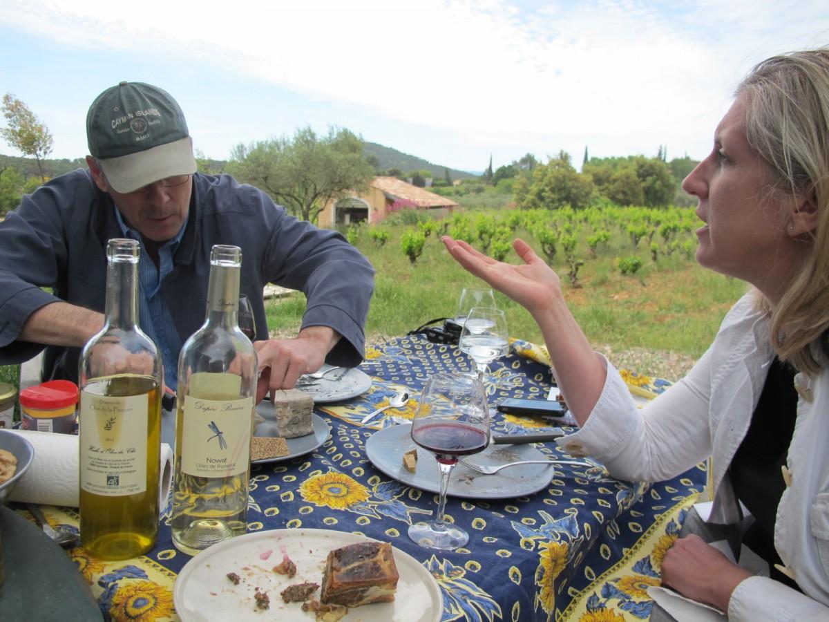 vue d'une table de pique nique avec vin nowat
